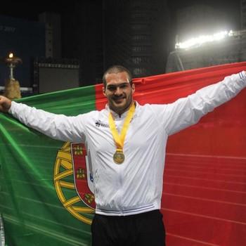 lançador de peso e estudante de medinina da Universidade de Lisboa segura a Bandeira de Portugal após ganhar a medalha de ouro nas Universíadas 2017